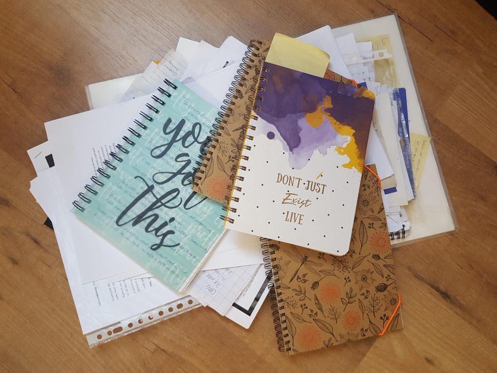 Stapels papieren, tijd en geluk
